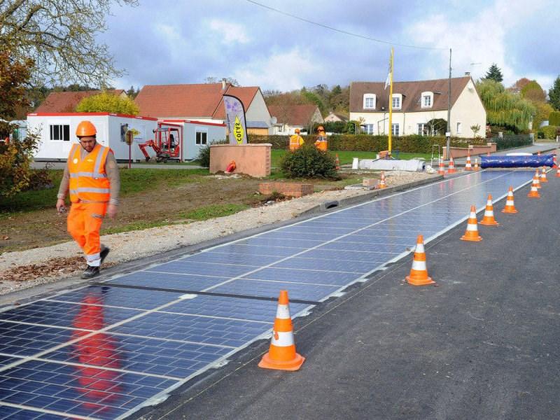 Об этом сообщает интернет-портал Kolesa со ссылкой на французские средства массовой информации. Она представляет собой экспериментальный участок проезжей части, для которого в качестве покрытия использовали самые настоящие (правда, специально разработанные) солнечные батареи. Располагается эта дорога в Нормандии, в районе городка Турувр, имеет протяженность в один километр, а ее общая площадь составляет 28 квадратных километров. С виду солнечные батареи очень напоминают пластины, изготовленные из темной жесткой резины. Суть такого их использования очень проста: обеспечить выработку электроэнергии, не используя для этого площади земли сельскохозяйственного назначения. Интересно, что в декабре текущего года этот проект был представлен на состоявшейся в Марракеше конференции ООН, посвященной достижениям высоких технологий, и вызвал большой интерес. По расчетам специалистов, построенная трасса будет вырабатывать такое количество электричества, которого достаточно для снабжения им населенного пункта, в котором проживает около 5000 человек. Если этот пилотный проект окажется удачным, то в 2017 году во Франции планируется принять перспективную программу развития сети «солнечных дорог».