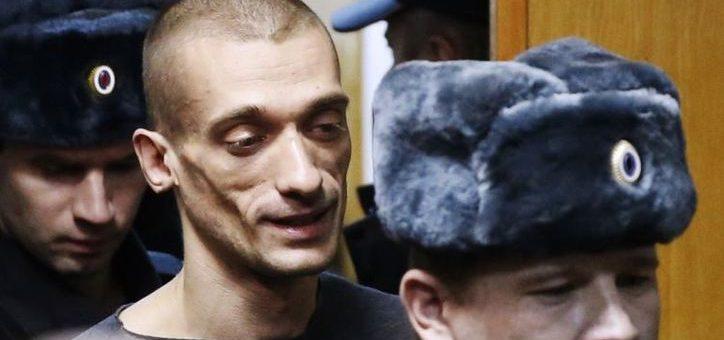 Прибивший мошонку к Красной площади акционист намерен просить политического убежища во Франции