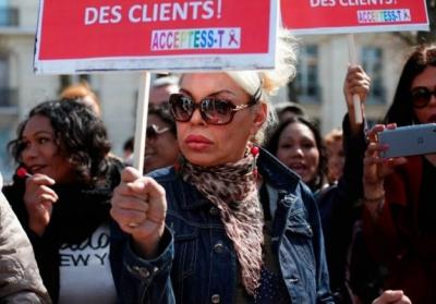 Власти Франции приняли решение штрафовать не проституток, а их клиентов