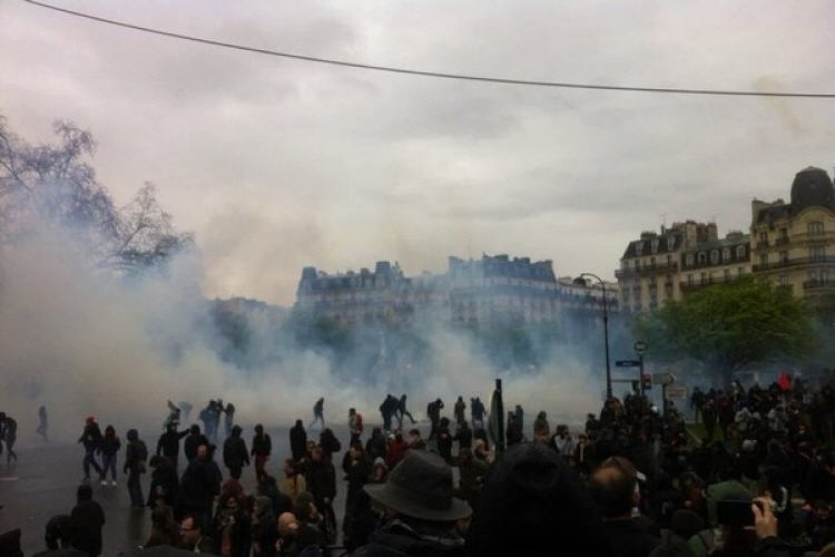 Против манифестантов парижская полиция применила слезоточивый газ