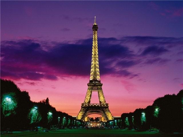 В память жертв теракта в Лондоне на Эйфелевой башне погасят огни