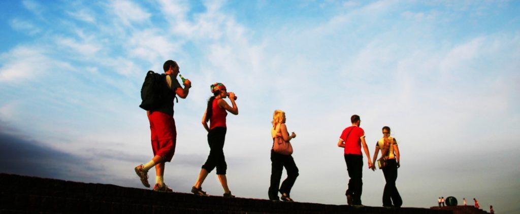 Чтобы сохранить свое здоровье и уберечь его, необходимо постоянно трудиться над собой, забывая про лень. В качестве помощника выступят 10 советов. 1. Самый лучший способ, избавления от ненужных килограмм – это активное движение и воздержание от переедания. Ведь, потребляя одни супы, жир вывести невозможно. Он растворяется при движении. Поэтому, двигайтесь чаще и больше. И 3-4 килограмма уйдут за месяц. 2. В том случае, если вы любитель отдохнуть на диване, попивая чай с пирожным, то возможно нарушение обмена веществ. Если же похудеть никак не удается, то следует навестить эндокринолога. Может быть вызван сбой гормональной системы. Но, к счастью, это лечится. 3. Все те стройные и идеальные фигуры, которые можно встретить на обложке журнала – это графическая обработка. Но, вы всегда можете накачать себе ягодицы. При этом, нужно будет всего лишь использовать подручное средство – это лестница. 4. Очень важным моментом является здоровое питание. Вместо того, чтобы покупать свиные ребра, лучше сделайте выбор на нежирной курице. Так же, приобретая бутылку оливкового масла, следует добавлять столовую ложку в один салатник, нежели каждому отдельно. Оно хоть и полезное, но калорийное. 5. Чтобы вести здоровый образ жизни, не обязательно ставить запрет на всех сладостях. Вы можете так же продолжать кушать конфеты, всякие гамбургеры и колбасу. Но, ни в коем случае не садитесь на жироуглеводную диету. Лучше себя баловать, чем забивать свои рецепторы вкуса. 6. Каждодневные занятия физической культурой принесут только лишь пользу. И жалеть на это свое время – глупо. Ведь, к примеру, обгоняя автобус в пробке, вы сжигаете порядка 100 ккал. А поднимаясь по лестнице пешком – 20 калорий. При всем этом, вы не отрываетесь от своей обыденной жизни и время зря не тратите. 7. От своих вредных привычек отказаться можно, имея при этом всего лишь желание. И всякие отговорки здесь не подойдут. Ведь, без употребления табака или кружки пива, хуже никому не становилось. А вот с ними - наоборот. 8. 
